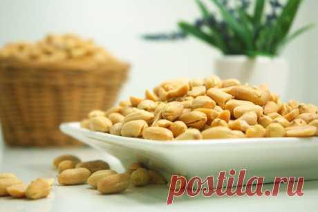 Интересные факты об арахисе Арахис часто называют «земляным орехом». И это неспроста, ведь плоды арахиса развиваются в земле. Как арахис стал популярным во всём мире, где и как его выращивают и в чём польза арахиса – обо всём этом читайте в этой статье …