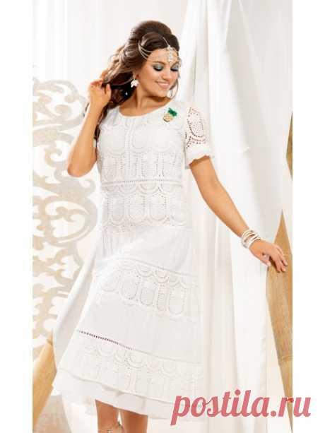 Платье Vittoria Queen  Классное платье с воланами создано специально для вас! Красивый дизайн вышивки на хлопке задает позитивный настрой и летнее настроение. Главное, что это платье невероятно удобное как в носке, так и в уходе. Платье, расширенное к низу на подкладке, отрезное по линии талии. По переду расположены нагрудные вытачки, на лифе расположен вертикальный подрез и вставлена кружевная тесьма, в нижней части расположены горизонтальные подрезы, воланы и вставки из ...