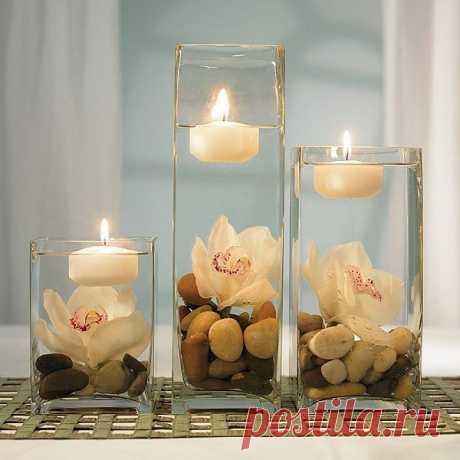 Романтическая композиция с орхидеями   Пожалуй, нет более романтичного и нежного цветка среди экзотической флоры, чем орхидея. Ее нежные лепестки, тонкий аромат и необычная «тропическая внешность» как нельзя лучше подходят для создания оригинальных букетов.   Сегодня предлагаю вам составить простую, но очень эффектную композицию в романтическом стиле. Такая флористическая работа отлично украсит ужин для двоих и выполнит роль миниатюрного декоративного светильника, ведь для создания композиц