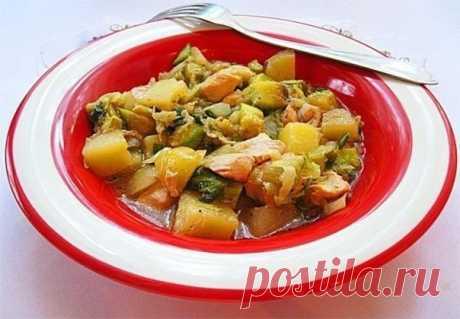 Рагу овощное с курицей  Ингредиенты:  Куриная грудка — 300 г лук — 4 шт. Чеснок — 1 шт. Картофель — 500 г Кабачки — 2 шт. Капуста — 1 шт. Лук зеленый — 1 пучок Масло растительное — 5 г Соль — 1 ст.л. Перец — 1 ч.л.  Приготовление:  1. Итак, нарезаем куриное филе аккуратными и крупноватыми кусочками и отправляем обжариваться в сотейник. Позже высыпаем кубики репчатого лука и немного чеснока. 2. В сковороде на растительном масле обжариваем молодую картошку, которую можно пор...