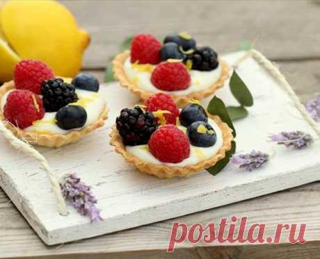 Тарталетки с белым шоколадным кремом и ягодами