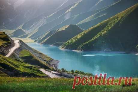 Озеро Кезеной-Ам. Граница Чеченской Республики и Дагестана. Автор фото — Мария Поташникова: nat-geo.ru/photo/user/295919/