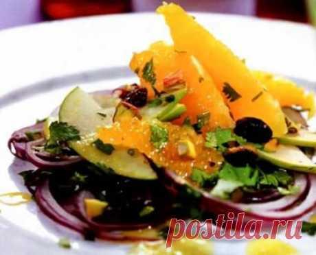Готовим вкусный рецепт салата с апельсином.салат с апельсином рецепт с фото.салат долька апельсина с фото Готовим Салат с апельсинами Вам понадобится : 5 апельсинов, 1 красная луковица, 1 зеленое яблоко, по 1 ст. ложка изюма и фисташек, по 2-3 веточки мяты и кинзы, 4 ст. ложки оливкового масла, 2 ч. ложки лимонного сока, 1 веточка сельдерея, соль и свежемолотый черный перец по вкусу