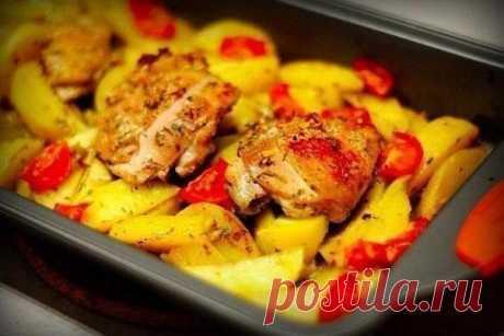 Курица, маринованная в кефире, запечённая с картофелем с травами и чесноком   • источник Домашняя Кулинария •             Курица, маринованная в кефире, запечённая с картофелем с травами и чеснокомИнгредиенты:Кефир 500 гр;Куриное бедро 4 шт;Картофель 4 шт;Травы по вкусу;Соль …