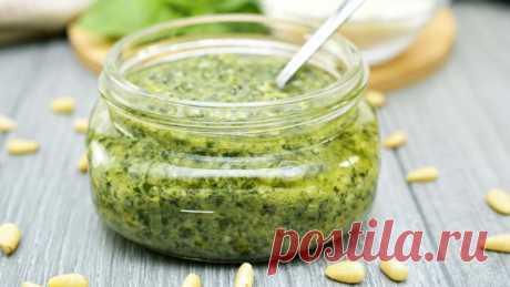 Соус Песто - суперполезный и вкусный соус к салатам, рыбе, мясу, спагетти Соус Песто - самый простой рецепт в домашних условиях. Это суперполезный и вкусный универсальный соус, который подходит к салатам, рыбе, мясу и спагетти.Ингредиенты:  Арахис жареный - 1 горсть Петрушка - 1 пучок Соль - щепотка Сыр твердый - 50 г. Конопляное масло - 300 г. ● Моя книга:...