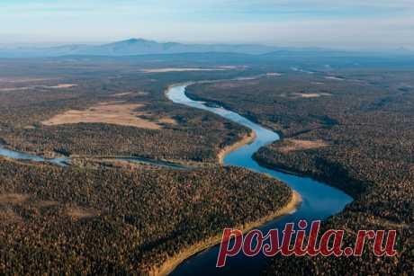 Водная граница между Северным и Приполярным Уралом. Река Щугор, гора Тельпосиз. Автор снимка - Илья Пузанов: