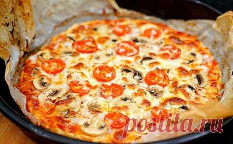 Мясная пицца без теста за 5 минут. Вместо него смешиваем фарш с батоном и делаем корж - Steak Lovers - медиаплатформа МирТесен Основой для пиццы может стать самый обычный батон, который мы смочим в воде. Добавим к нему немного куриного фарша и за 5 минут получим основу-корж, который будет вкуснее теста. Можно взять как курицу-филе, так и уже готовый фарш. Если у вас курица, то пропускаем ее вместе с хлебом через мясорубку,