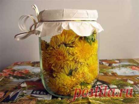 Самое мощное масло быстро устранит боли в суставах, шее, артрит, подагру, кисты в груди, головные боли и не только!  Одна из причин, почему я так люблю весну, — яркие, солнечные личики цветов одуванчика на фоне свежей зеленой травы. Проснувшиеся пчелы обожают одуванчики, собирают нектар с желтых соцветий, наполняя воздух счастливым жужжанием.  Моя семья тоже любит эти яркие цветы: каждую весну мы вместе собираем их для приготовления лекарственных средств и вкусных блюд. Од...
