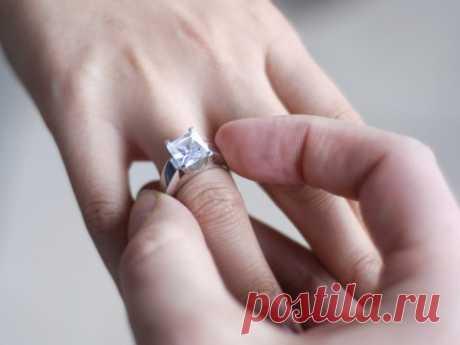 Магия колец. Как носить кольцо с пользой Магия колец. Как носить кольцо с пользойКольцо - это не только статус, мода и красота, это еще и оберег. Даже, если это самое простое колечко, оно может помогать Вам в жизни.О том, что кольца и брасле…