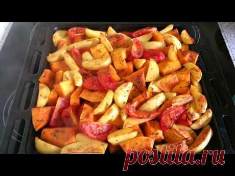 Запечёная тыква с картофелем и помидорами.