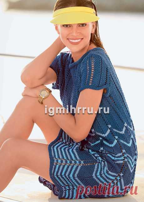 Синее летнее платье с волнистым узором. Вязание спицами со схемами и описанием