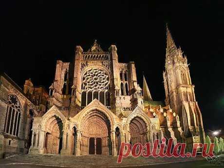 Шартрский собор во Франции: является памятником готической архитектуры который внесен в список ЮНЕСКО как всемирное наследие. Это уникальное сооружение находится в городе Шартр, что в 90 км от Парижа