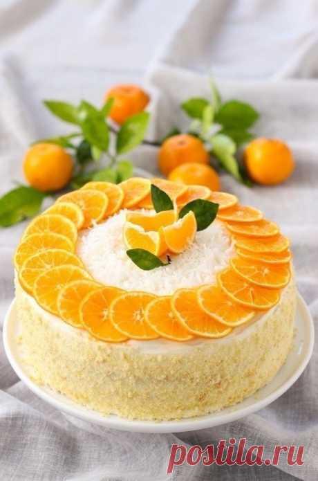 """Ингредиенты:  Яйца куриные — 8 шт. Мандарины — 8 шт. Сахар — 1 стак. Молоко — стак. Ванилин — 1 пакетик Цедра мандарина — 2 ч. л. Мука — 1,5 стак. Разрыхлитель — 2 ч. л. Сливочный сыр """"Филадельфия"""" — 3 упаковки (800 г) Сахарная пудра — 1,5 стак. Апельсиновый ликер — 2 ст. л.  Приготовление:  1. Для начала разогреваем духовку. Тем временем разделяем яйца на белки и желтки. Белки взбиваем венчиком или в блендере. Постепенно добавл..."""