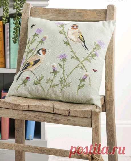 Чудесная вышивка наволочки с птичками