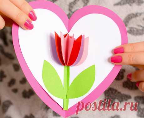 Чудесная открытка с тюльпаном внутри сердца