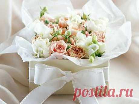 Цветки в букете в упаковке подарочном с бантиком