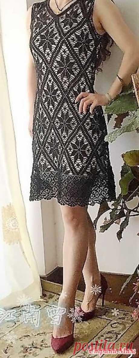 . Цветок в ромбе. Черное ажурное платье. Это прекрасное платье от китайской мастерицы поражает своей изящностью и красотой. Оно связанно в филейной технике. На бежевом чехле оно смотрится превосходно! Размер. БЮСТ 84 см. Талия 73 см.