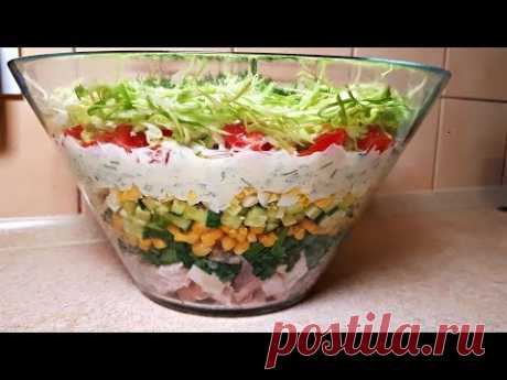 Салат НАРАСХВАТ копченая грудка - 300 гр. зеленый лук - пучек кукуруза - 200 гр. огурцы - 4 шт. яйца - 6 шт. помидор - 3 шт. капуста - 0.5 шт. (200 гр.) майонез - 200 гр. соль, перец - по вкусу зелень - по вкусу