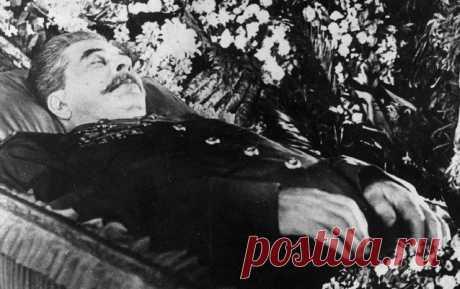 Какой единственный военачальник плакал у гроба Сталина Любой политический деятель, достаточно долго находящийся у власти, после смерти оставляет в обществе сильно поляризованные оценки своей личности. Муаммар Каддафи, Саддам Хусейн, Фидель Кастро имеют как почитателей, так и ненавистников далеко за пределами родных стран. Сторонники находятся и у таких исторических личностей, как Адольф Гитлер, и не только среди фашиствующей молодежи. В Германии об этом говорить не принято...