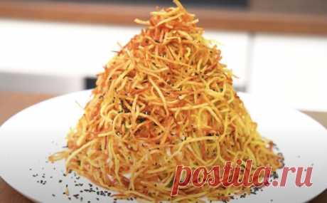 Салат Муравейник. Смешиваем сочные овощи с нежным филе и насыпаем высокой горкой на тарелке