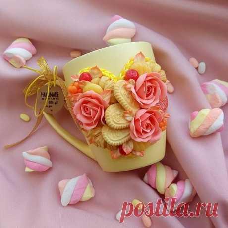 Кружечка с розами, ягодами, дольками мандарина.. Люблю когда композиция наполнена, можно рассматривать бесконечно и каждый раз находить что-то новое в ней... НЕ СВОБОДНА #кружкамаме #кружкасдекором #кружкасягодами #кружкасрозами #кружкавподарок #подарокручнойработы #подароксцветами #подарокподруге #подарокоха