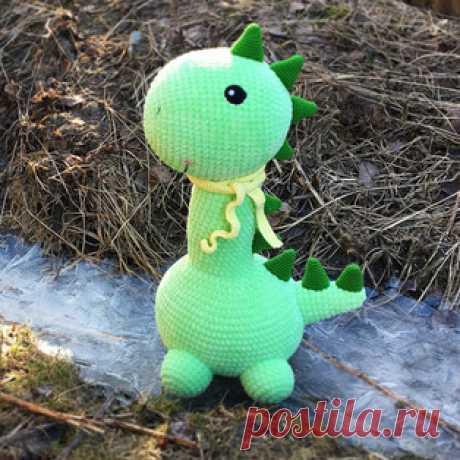 Большой динозаврик амигуруми. Схемы и описания для вязания игрушек крючком! Бесплатный мастер-класс от Галины Егоровой по вязанию большого динозаврика из плюшевой пряжи. Высота вязаной крючком игрушки примерно 40 см. Для изгот…