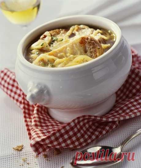 Луковый суп рецепт приготовления. Луковый суп имеет приятный мягкий вкус и насыщенный аромат. Благодаря специальной обработке лук теряет всю свою горечь и приобретает совершенно иной вкус. Луковый суп, питательный и в то же время легкий для желудка, можно подавать даже на завтрак. Это особенно актуально для тех, кто накануне несколько злоупотребил выпивкой (но если луковый суп использовать для снятия алкогольной интоксикации, то сыр лучше не добавлять).