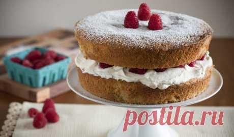 Торт «Виктория» с малиной Простой, но в то же время очень красивый и праздничный бисквитный торт с прослойкой из джема назван в честь британской королевы Виктории.