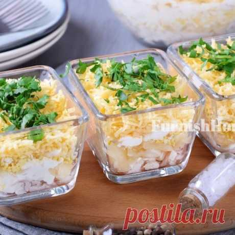 Слоеный салат с курицей, сыром и ананасами Слоеный салат с курицей, сыром и ананасами  - закуска, известная не только в этом варианте. Не менее популярны вариации с добавлением чеснока или грецкого ореха.