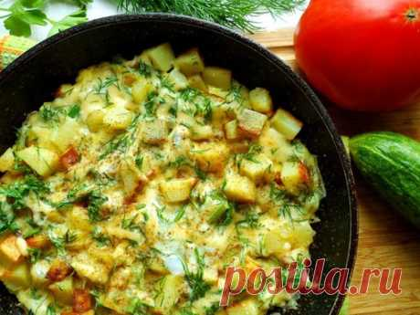 Картошка с сыром на сковороде  Ингредиенты:  Картофель — 3 шт. Сыр — 50 г Яйцо — 1 шт. Укроп — 1 пучок Масло подсолнечное — 30 г Лук репчатый — 1 шт.  Приготовление:  1. Почистить картофель и нарезать кубиками. 2. Выложить картофель на разогретую сковороду с подсолнечным маслом и поджарить на сильном огне 3-5 минут, затем добавить нарезанный лук, посолить и жарить картошку до готовности. 3. В натертый сыр добавить яйцо и нарезанную зелень укропа, все смешать. 4. Залить гот...