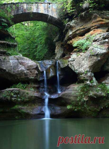 В долине реки Кайахога расположен единственный в штате Огайо национальный парк, водопады, пещеры и живописные ландшафты которого привлекают многочисленных туристов. Парк Хокинг Хиллс Огайо, США
