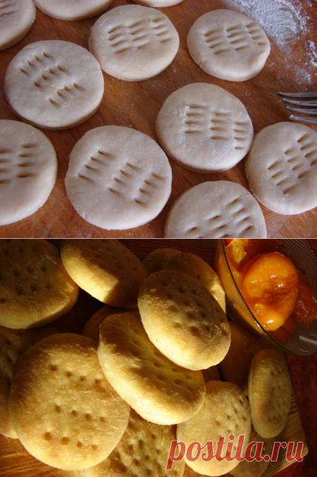 Las galletas rurales sobre la crema agria