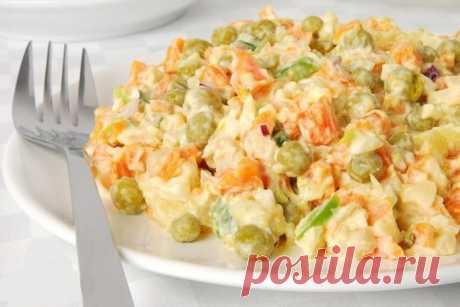 Салат «Николь» с куриной грудкой. Легкий и оригинальный! Ингредиенты:  Куриная грудка вареная — 200 г, нежирный сыр — 200 г, морковь сырая — 200 г, зелёный горошек — 1 ст. л., йогурт натуральный — 100 г, чеснок, соль по вкусу  Приготовление:  Грудку порезать на мелкие кусочки. Сыр и морковь натереть на крупной терке. Добавить горошек и заправит