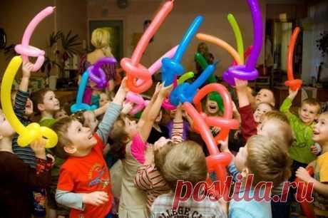МАМЕ НА ЗАМЕТКУ! 10 ИДЕЙ ДЛЯ ДЕТСКОГО ДНЯ РОЖДЕНИЯ Кто же не знает, с каким трепетом малыш ждет самый главный праздник в году?! Сегодня он станет на год старше, ему подарят такие долгожданные подарки и в гости пригласят веселую компанию сорванцов, чтобы сделать этот день еще более незабываемым. Чтобы немного помочь мамам в организации «самого-самого» дня рождения – наши 10 советов. - Радужные дни Отмечайте «радужные» дни рождения - по цветам радуги. Первый - Красный День Рождения. Оформите…