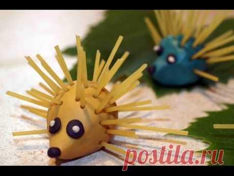 Поделки из макарон для детей. Ёжики из пластилина и спагетти.