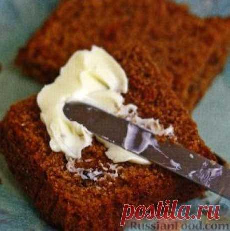 Имбирный кекс с изюмом и миндалем. Для того, чтобы кекс приобрел красивый коричнево-золотистый оттенок, в тесто добавляется мед, а для аромата нужно приправить кекс корицей.