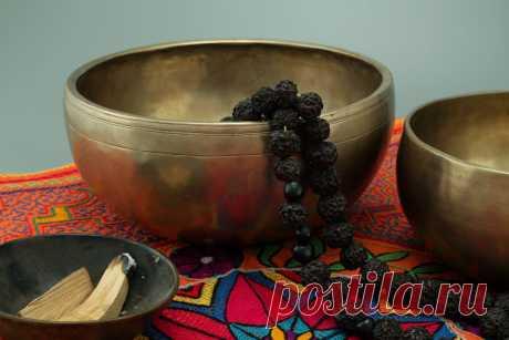 Бесплатные изображения Поющих чаш по лицензии Creative Commons Тибетские поющие чаши, благовония Пало Санто , рудракша мала ( четки ), Ковер Шипибо Конибо, Церемония