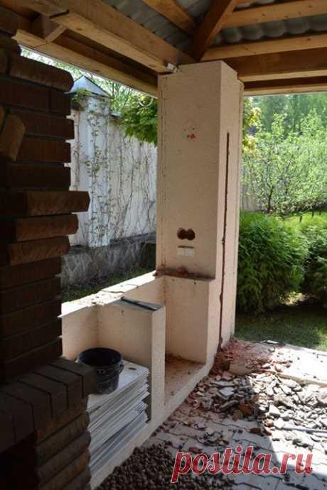 Старую беседку реконструировали, остеклили и превратили в уютное место для отдыха всей семьи. Оцените результат по ссылке ≫