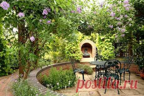 Тем, кто любит растения с красивыми цветами или декоративной листвой, но равнодушен к особенностям ландшафта, будет приятнее в саду с укромными дорожками, аккуратными бордюрами и уютными скамейками, спрятанными среди кустов.