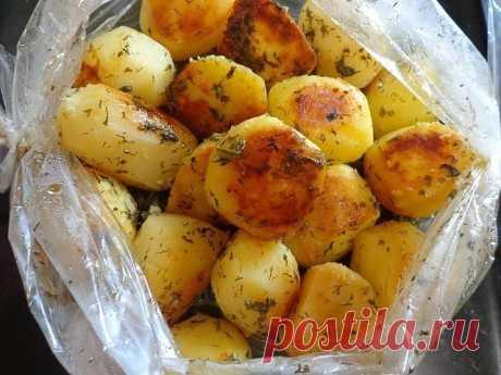 """Картофель запечённый с соусом """"ПАЛЬЧИКИ ОБЛИЖЕШЬ"""" ))  Наверно проще этого блюда, нет ни одного блюда.  Картофель получается нежным, с пикантным, не приевшимся вкусом и потрясающим ароматом!!! Для каждого дня, праздничного стола и в дорогу с собой...  Маринуем очищенные клубни картофеля среднего размера, в соусе.  Для этого смешиваем:  5 столовых ложек растительного масла,  4 зубчика чеснока отжатого через пресс чесночницу;  чайную ложку вашей любимой специи;  чайную ложку ..."""