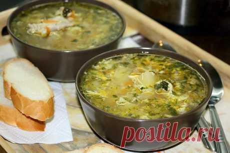 Куриный суп с яйцом  Ингредиенты на 4 л.:  0,8-1кг. курицы 1 луковица 1 морковь 4-5 картофелин 2 яйца Зелень соль, перец  Приготовление:   Курицу порезать на кусочки, залить водой, поставить варить бульон. Когда вода закипит, убавить огонь чтобы вода сильно не бурлила, собрать пену. Оставить вариться минут на 5-10. Почистить, порезать кубиками картофель и добавить в бульон. Пока картофель с курицей варится, почистить лук и морковь, морковь натереть на крупной терке, лук ме...