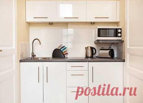 5 мест, куда поставить микроволновку на кухне Сегодня трудно представить кухню без СВЧ печи. Она давно уже вошла в повседневную жизнь человека и заслужила почетное место среди самых необходимых элементов на кухне. Однако это не маленький предмет, который можно где угодно поставить. Например, для размещения холодильника, плиты, мойки дизайнеры и инженеры-проектировщики придумали так называемый «рабочий треугольник», позволяющий рационально организовать пространство в комнате.
