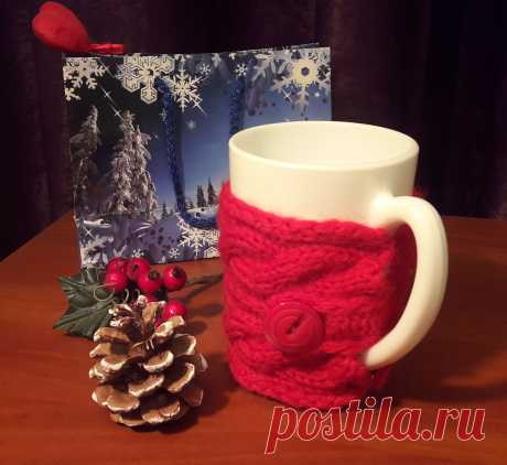 Кружка в свитере как сувенир прекрасный подарок на любой праздник.  Кружка керамическая. Свитерок связан вручную из шерстяной пряжи. Кружка может быть упакована в подарочный пакет по желанию.