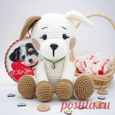Для вязания очаровательного щенка амигуруми понадобится крючок и акриловая или хлопковая пряжа. Размер вязаной собачки около 19 см.