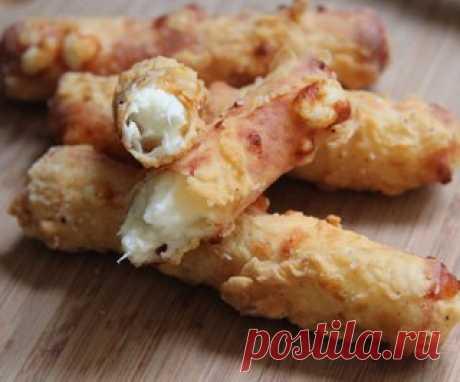 Хрустящие сырные палочки  Ингредиенты: -10 шт палочки моцареллы  -¾ стакана пшеничной муки  Показать полностью…