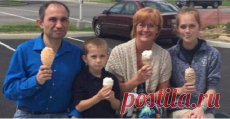 Эта семья попросила незнакомку сфотографировать их, но она не знала что этот снимок станет роковым Героиня этой истории, женщина по имени Джойс Рейнхарт, прогуливаясь со своим внуком, решила заглянуть в ближайшее кафе, полакомиться мороженым. Когда мальчик справился с десертом, и они уже направлялись...