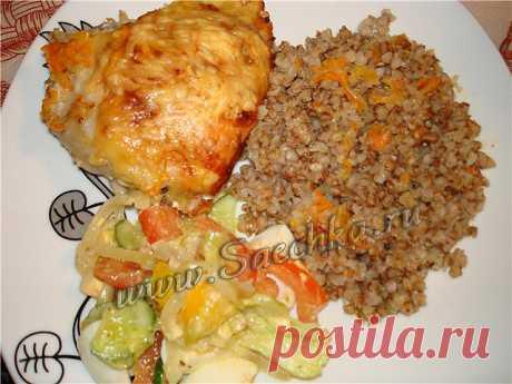 Гречка с курицей - рецепт с фото Гречка с курицей приготовлена в духовке, получается очень вкусная, рассыпчатая, пропитанная соком курицы, а курица с хрустящей корочкой.
