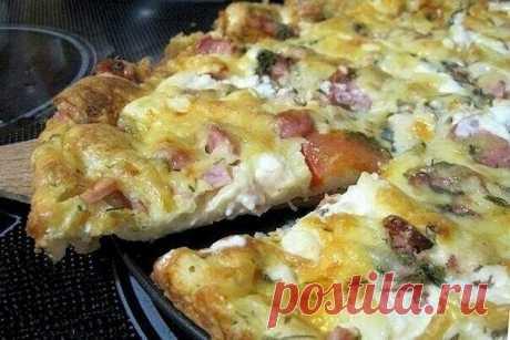 Рецепт пиццы минутка – отменный вкус без особых хлопот  Ингредиенты:  Для теста: Сметана – 4 ст. ложки Майонез – 4 ст. ложки Яйца куриные – 2 шт. Мука пшеничная – 9 ст. ложек Для начинки: Ветчина – 50 г Салями – 50 г Сосиски – 50 г Сыр твердый – 50 г Маслины – 6 шт. Томаты – 2 шт. Специи Майонез Масло растительное  Приготовление:  1. В емкости смешиваем майонез и сметану. 2. Добавляем яйца и все взбиваем. 3. Кладем муку и снова все тщательно перемешиваем. 4. Готовим начинк...