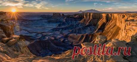 Вадим Жигулин, автор фото: «Это место называется Лунный пейзаж. Расположено в национальном парке Капитол-Риф в штате Юта. Пейзаж по-лунному бесцветный, но на рассвете первые лучи солнца творят чудеса!»
