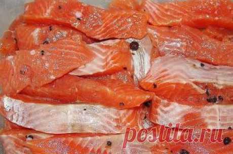 Рыбка красная солёная!  Это очень простой и доступный рецепт засола красной рыбы. Рыбка получается пальчики оближешь.  Ингредиенты:  - Рыба красная 1 кг. (семга, форель, кета, голец, горбуша). На Ваш выбор. - Соль 2 ст. ложки. - Сахар 1 ст. ложка. - Перец душистый горошек по вкусу.  Приготовление:  1. Рыбу разделываем на филе, удаляем кости и режем порционными кусочками. 2. В миске смешиваем соль и сахар. 3. Рыбку выкладываем слоями пересыпая солью и сахаром, на каждый сло...